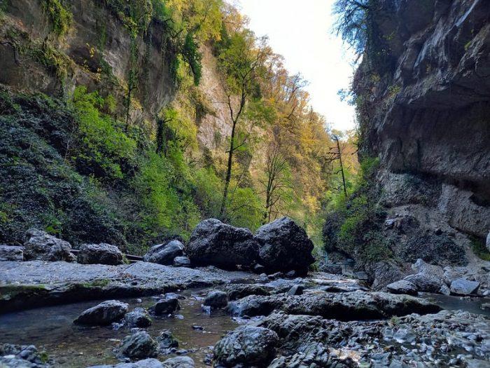 Вид в каньон водопада пасть дракона