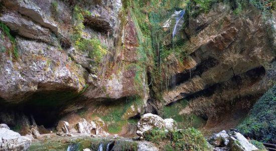 водопад пасть дракона летом