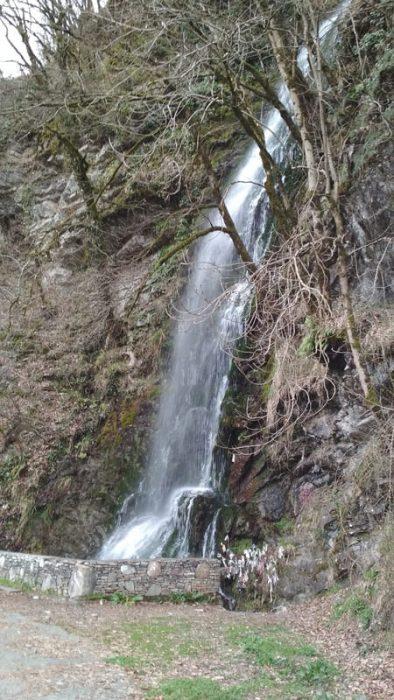 Фото водопада зимой в Красной Поляне