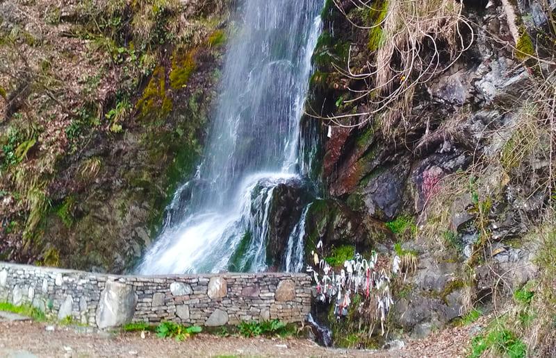 фото полноводного водопада Девичьи Слезы зимой