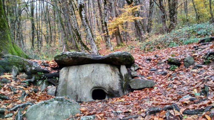 Фото ольмена из плит в Красной Поляне