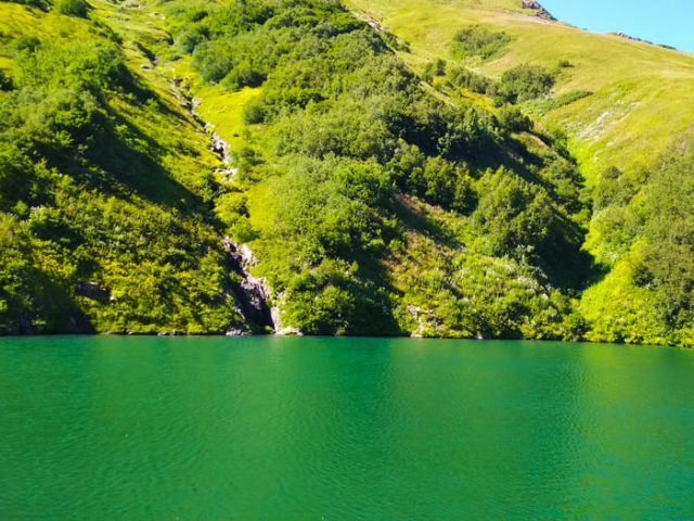 Летнее фото озера Малое на Бзерпинском Карнизе