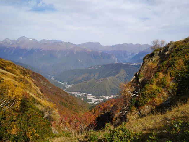 Вид с хребта Аибга на Розу Долину