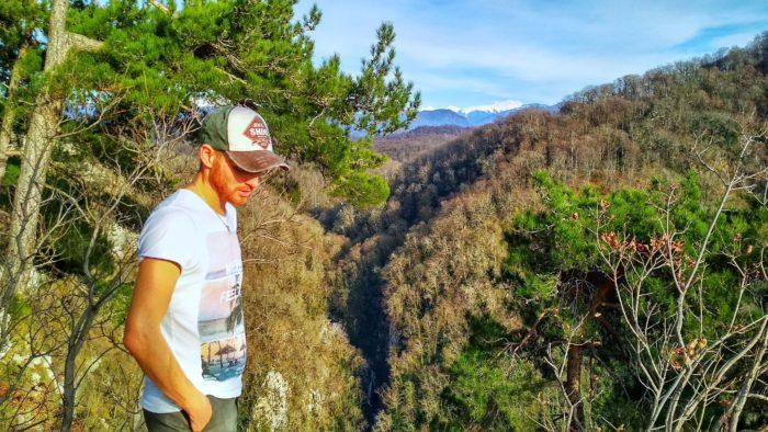 Вид на Агурское ущелье и главный кавказский хребет